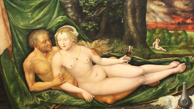 Alter, nackter Mann liegt bei junger, nackter Frau.