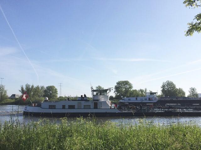 Kahn mit Schweizer Fahne auf dem Amsterdam-Rhein-Kanal.
