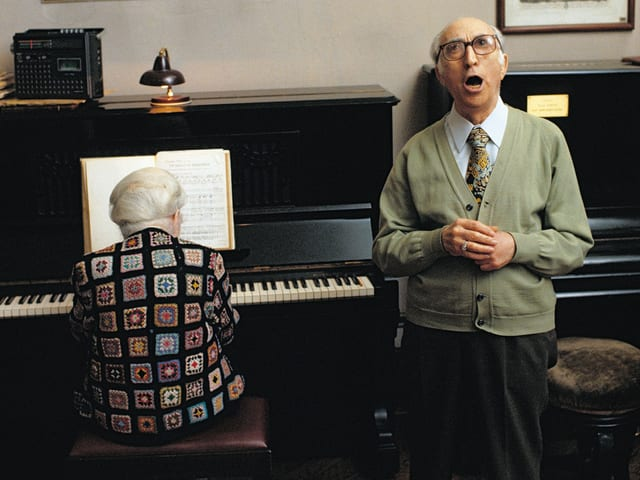 Zwei Männer musizieren in der Casa Riposi di musici.