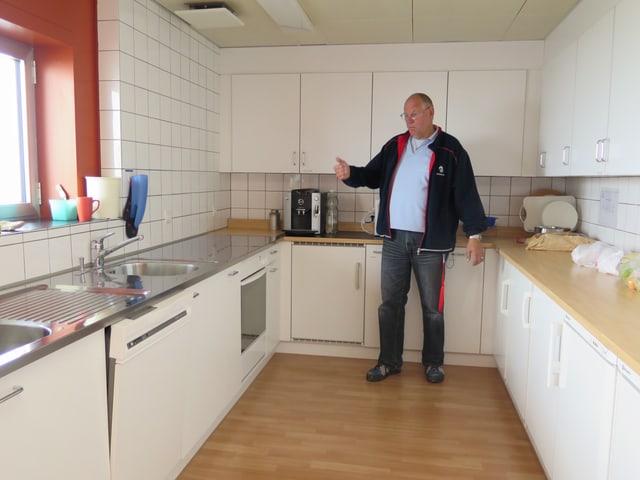 Willy Kobler vor einer Küchenkombination
