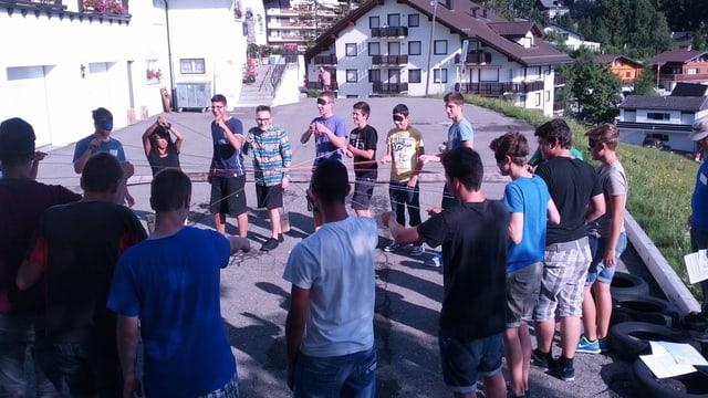 Eine Gruppe Lehrlinge in einem Kennenlernlager