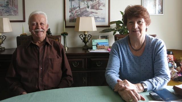 Ein älteres Ehepaar sitzt in der Stube.