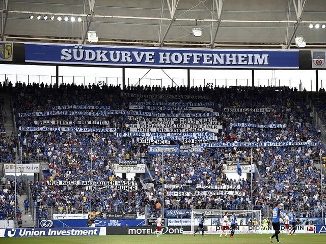 Fans von Hoffenheim mit vielen Transparenten