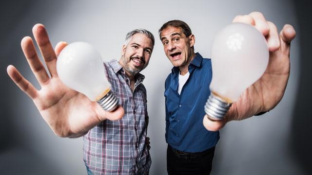 Zwei Männer mit Glühbirne.