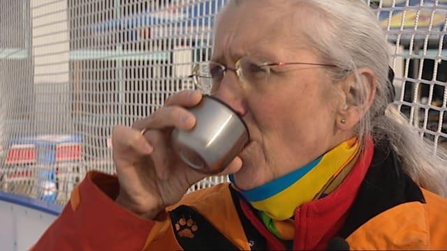Frau trinkt aus Becher