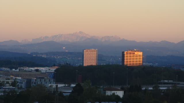 Blick am Samstagabend über Wallisellen zum Säntis, der in den letzten Sonnenstrahlen leuchtet.