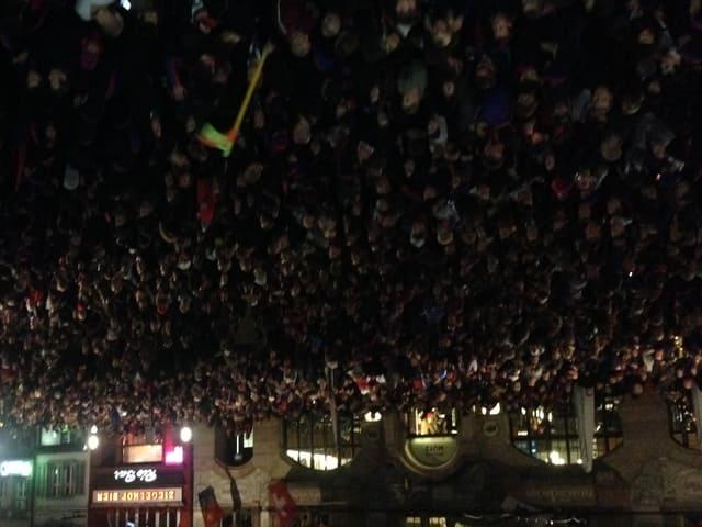 Eine wartende Menschenmenge auf dem Barfüsserplatz.