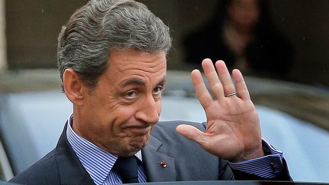 Sarkozy hebt die Hand