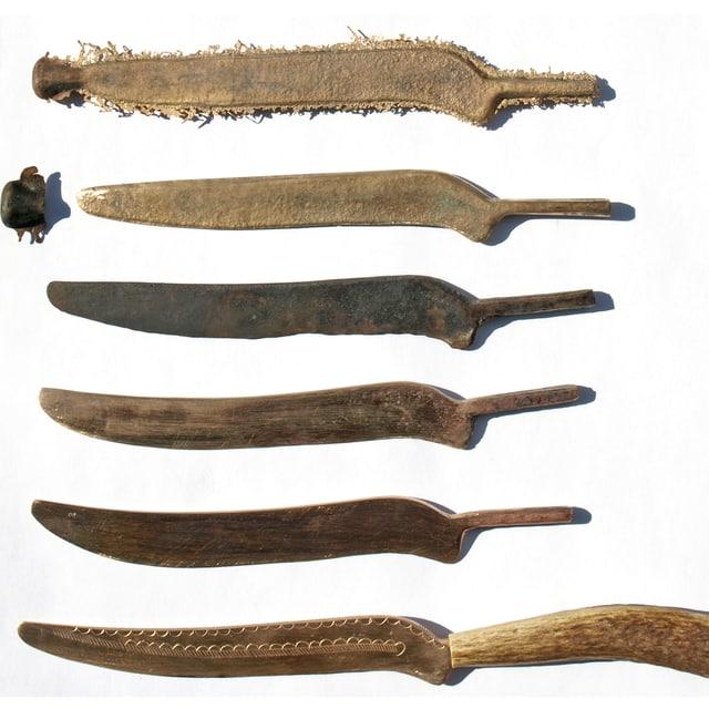 Sechs Messer in verschiedenen Bearbeitungszuständen