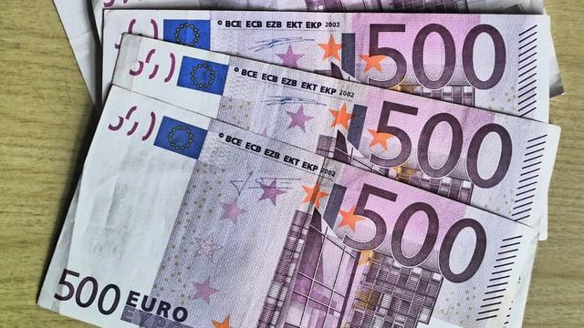 Aufgefächerte 500-Euro-Banknoten auf dem Tisch.