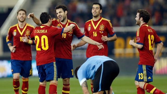 Cesc Fabregas (3.v.r.) jubelt über seinen Treffer gegen Uruguay.