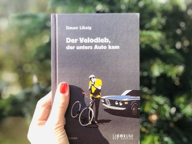 Der Roman von Simon Lipsig: «Der Velodieb, der unters Auto kam» vor einem Weihnachtsbaum