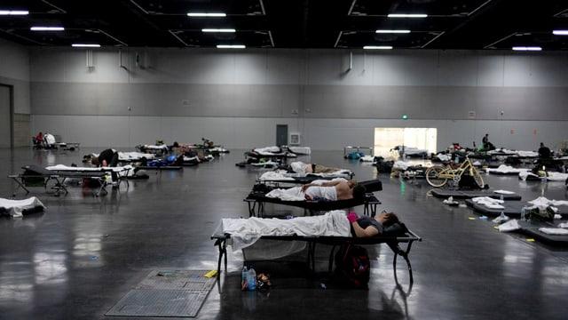 Menschen finden in «Kühlungszentren» Zuflucht vor der Hitze.