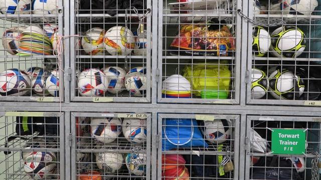 Fussball-Depot im neuen Stadion Kleinfeld in Kriens.