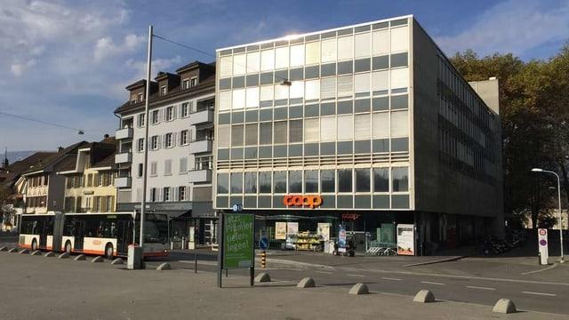 Graues Bürogebäude in einer Stadt.