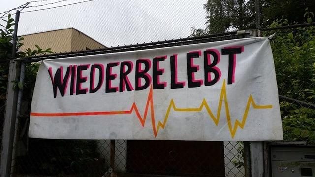 Transparent am besetzten Haus.