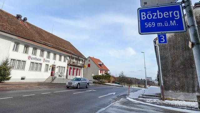 Schild und Restaurant auf der Passhöhe Bözberg