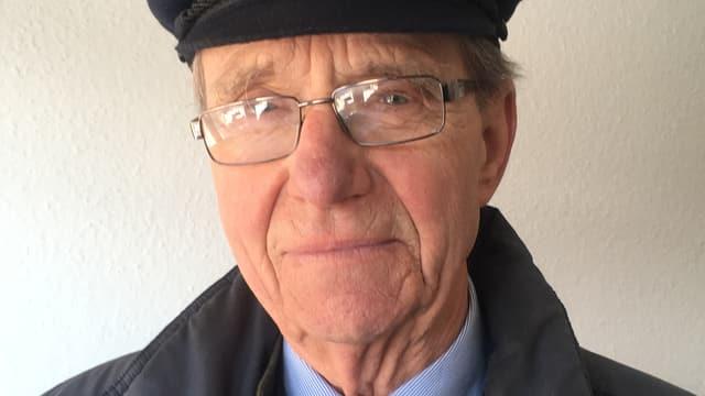 Jürgen Eggert im Porträt. Er trägt eine Brille und einen Hut.