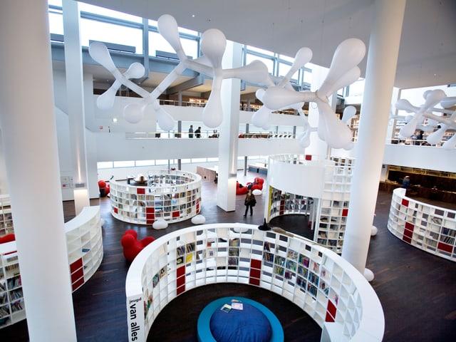 Blick in den hohen weissen Raum der Bibliothek.