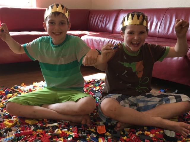 Die beiden Brüder Marius und Nicolas haben allen Grund dazu, stolz zu sein. Sie haben die «Zambo»-Lego-Challenge gewonnen.