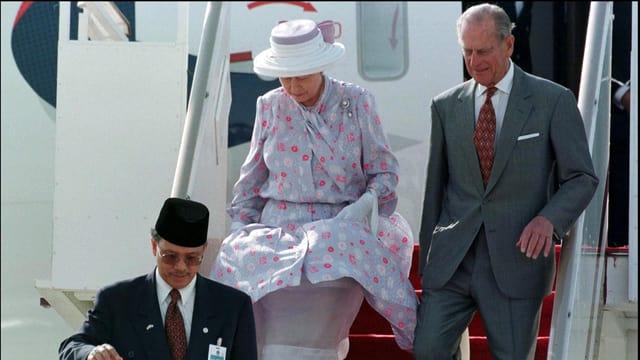 Die Queen und Philip steigen die Treppe aus ihrem Flugzeug hinunter.