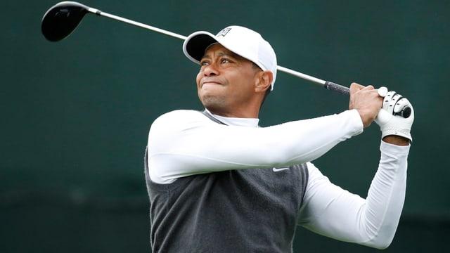 Tiger Woods nach einem Abschlag.