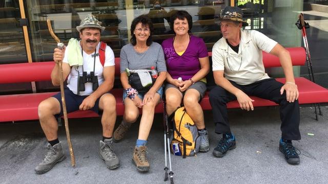 Vier Wanderer auf einer Bank.
