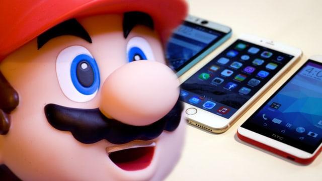 Mario blickt sehnsüchtig auf Smartphones - vielleicht kann er da auch mal drauf?