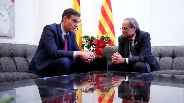 Sánchez und Torra sitzen beeinander.