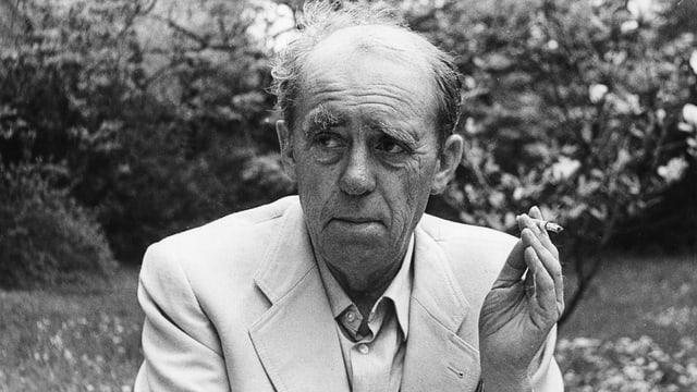 Heinrich Böll mit Zigarrette in der Hand.