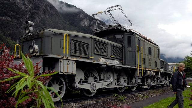 Eine grüne Krokodil-Lokomotive