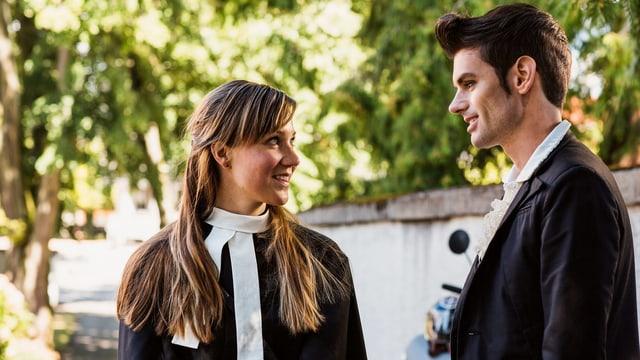 Eine junge Frau und ein Mann schauen sich tief in die Augen