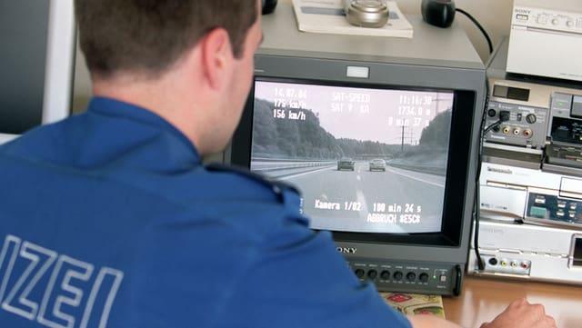 Polizei kontrolliert das Tempo von Autofahrern auf einem Bildschirm