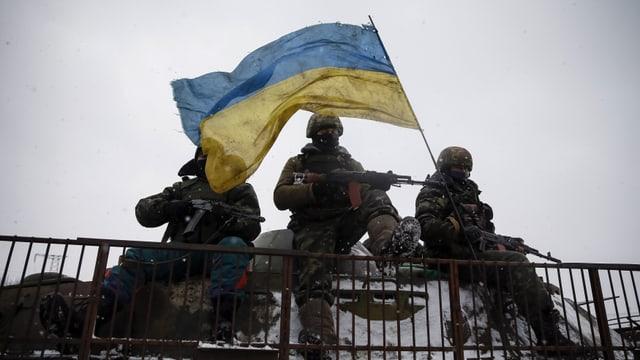 schuldads ucranais cun bandiera