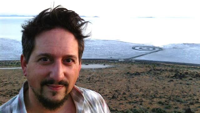 "Johannes Hedinger davant l'object da land art ""Spiral Jetty"" da Robert Smithson (Great Salt Lake, Utah)."
