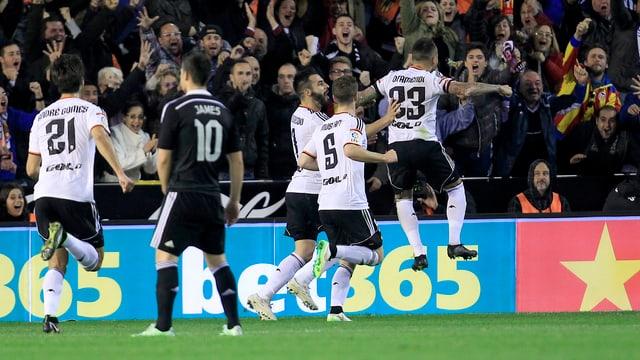 Die Spieler von Valencia feiern Nicolas Otamendis Siegestreffer zum 2:1.