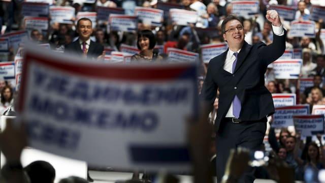 Premier Vucic an einer Wahlveranstaltung. (reuters)