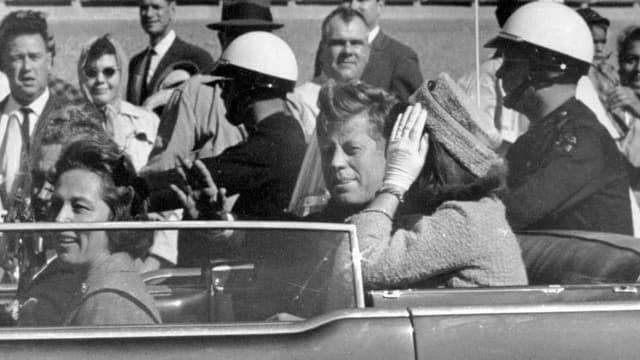 John F. Kennedy, Momente bevor er in Dallas erschossen wurde.