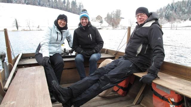 drei Leute auf einer Fähre