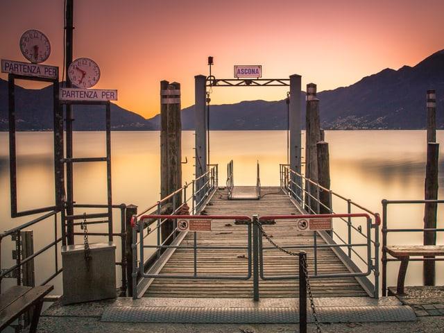 Ein Landunhssteg in Ascona, dahinter der See.