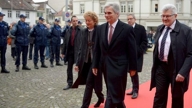 Bundeskanzler Faymann mit Bundesrätin Evelyne Widmer-Schlumpf und Landammann Roland Brogli auf dem roten Teppich.