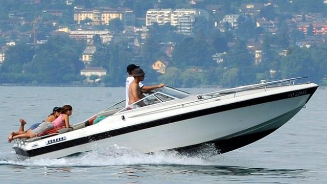 Ein Motorboot mit Personen.