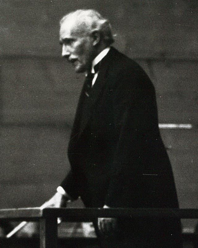 Schwarz-Weiss-Aufnahme: Toscani im schwarzen Anzug.