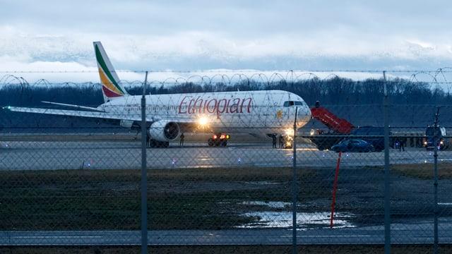 Ein Flugzeug auf dem Rollfeld.