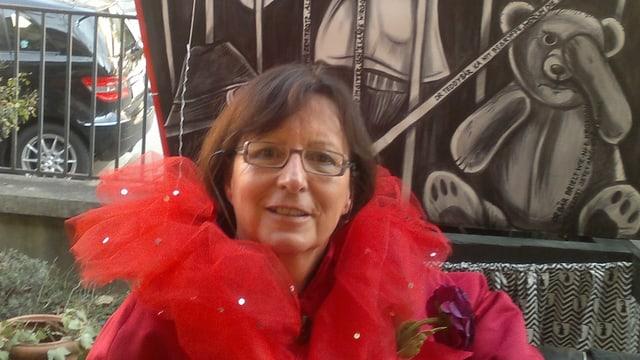 Jolanda Bernardi im roten Kostüm