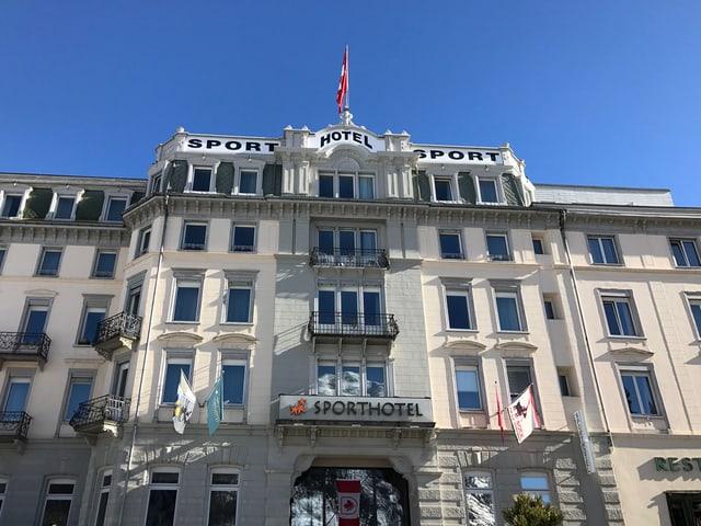 Blick auf eine Hotelfassade.