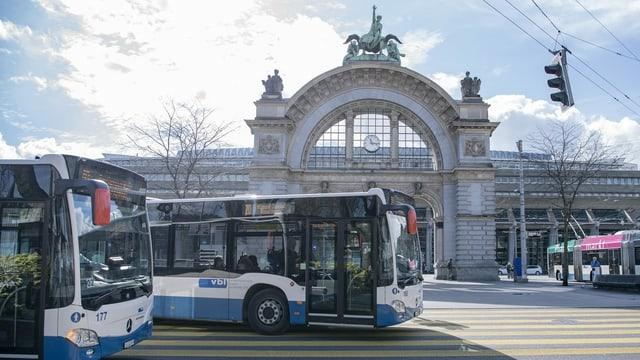 Der Luzerner Bahnhofplatz heute - im Vordergrund zwei Busse.