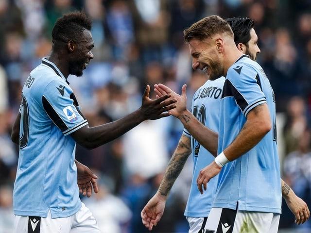 Die Lazio-Spieler Felipe Caicedo und Topskorer Ciro Immobile klatschen ab.