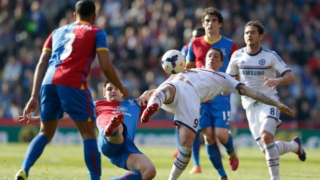 Chelseas Fernando Torres wird gestoppt.