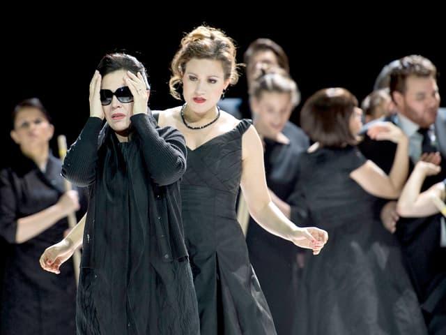 Zwei Frauen in Schwarz
